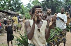 Folk från en stam av Baka pygméer i by av etniskt sjunga Traditionell dans och musik November 2, 2008 BIL Arkivbilder