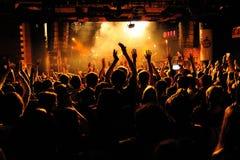 Folk från folkmassan (fans) som applåderar en konsert av den Bombay cykelklubban (musikband) på bikiniklubban Arkivfoton