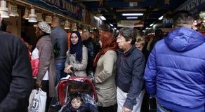 Folk från olika kulturer som går till och med en traditionell marknad i Majorca royaltyfri foto