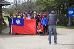 Folk från Republiken Kina på den Lapataia fjärden längs den kust- slingan i Tierra del Fuego National Park, Argentina royaltyfria bilder