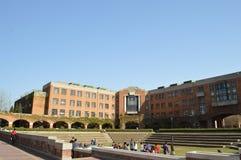 Folk framme av byggnaden av det Tsinghua universitetet Royaltyfri Bild
