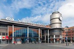 Folk framme av den holländska järnvägsstationen Den Bosch, Nederländerna arkivfoton