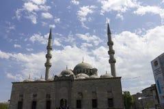 Folk framme av den nya Validen Sultan Mosque på en solig dag Arkivbilder