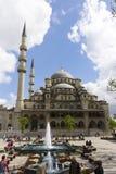 Folk framme av den nya Validen Sultan Mosque på en solig dag Royaltyfria Bilder