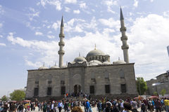 Folk framme av den nya Validen Sultan Mosque på en solig dag Fotografering för Bildbyråer