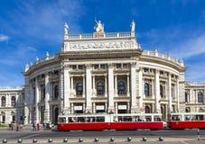 Folk framme av den Wien statoperahuset - Hofburgen fotografering för bildbyråer