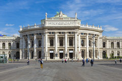 Folk framme av den Wien statoperahuset - Hofburgen arkivfoto