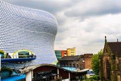 Folk framme av modern byggnad i centrum av Birmingham, UK Arkivfoto