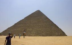 Folk framme av pyramiden av Khufu (Cheops) Arkivbilder