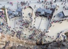 Folk framme av Sagradaen Familia Arkivfoto