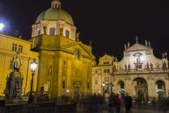 Folk framme av Sten Salvator Church och St Francis av den Assisi kyrkan, Prague Arkivfoto