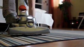 Folk-, hushållsarbete- och hushållningbegrepp - slut upp av kvinnan med ben upp vakuumlokalvårdmatta hemma lager videofilmer