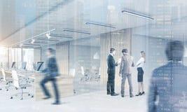 Folk i öppet kontor med mötesrum, cityscape stock illustrationer