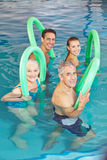 Folk i aquakonditiongrupp i simbassäng Arkivfoto