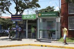 Folk i ATM av bolivianska banker i Santa Cruz, Bolivia Royaltyfri Fotografi