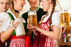 Folk i bayerska Tracht i restaurang Arkivbild