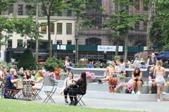 Folk i Bryant Park under en sommardag i New York Royaltyfri Bild