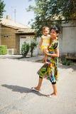 Folk i BUKHARA, UZBEKISTAN Arkivfoton