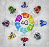 Folk i cirkel genom att använda datoren med begreppet 4G Royaltyfri Bild