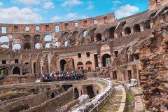 Folk i Colosseumen i Rome, Italien Royaltyfri Bild
