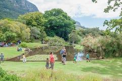 Folk i de Kirstenbosch medborgarebotaniska trädgårdarna Arkivfoto