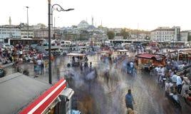Folk i den Eminonu fyrkanten, Istanbul Arkivfoto