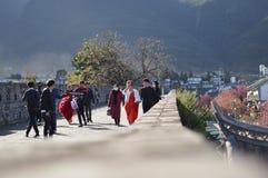 Folk i den härliga staden av Dali bröllopfotografier royaltyfria foton