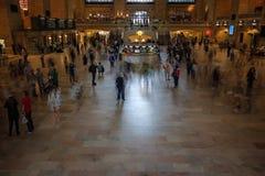 Folk i den huvudsakliga folkhopen av den storslagna centralen Royaltyfri Bild