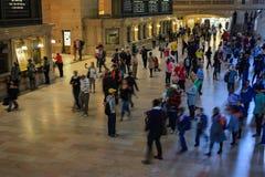 Folk i den huvudsakliga folkhopen av den storslagna centralen Royaltyfri Foto