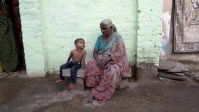 Folk i den indiska byn lager videofilmer