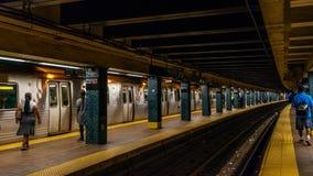 Folk i den New York City gångtunnelen Royaltyfri Bild