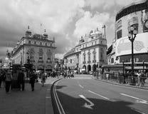 Folk i den Piccadilly cirkusen i svartvita London arkivbild