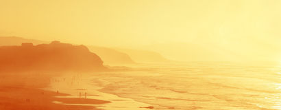 Folk i den Sopelana stranden med ogenomskinlighet royaltyfri fotografi