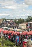 Folk i den Tanzania marknaden Royaltyfria Foton
