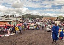 Folk i den Tanzania marknaden Arkivfoto
