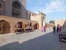 Folk i det historiska området av Khiva Royaltyfria Bilder