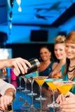 Folk i dricka coctailar för klubba eller för stång Arkivfoton