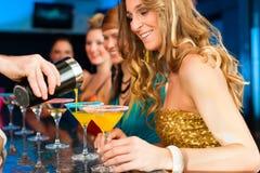 Folk i dricka coctailar för klubba eller för stång Royaltyfria Bilder