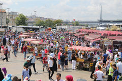 Folk i Eminonu, Istanbul Royaltyfri Fotografi