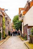 Folk i en av de smala gatorna av Zwolle i Nederländerna arkivfoton
