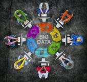 Folk i en cirkel med stort databegrepp Royaltyfri Fotografi