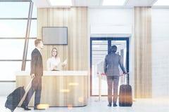 Folk i en flygplats som tonas Fotografering för Bildbyråer
