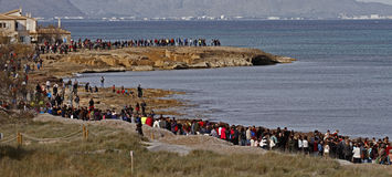 Folk i en fridsam demonstration på en strand som skyddar den från konstruktion Fotografering för Bildbyråer