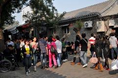 Folk i en hutong av Peking Fotografering för Bildbyråer