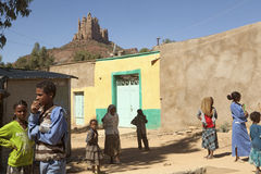 Folk i en by i Etiopien Royaltyfri Foto