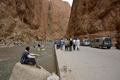 Folk i en kanjon i Marocko Royaltyfria Bilder