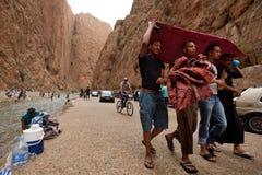 Folk i en kanjon i Marocko Royaltyfri Foto