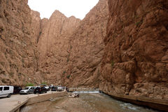 Folk i en kanjon i Marocko Royaltyfria Foton