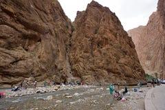 Folk i en kanjon i Marocko Fotografering för Bildbyråer