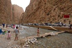 Folk i en kanjon i Marocko Royaltyfri Fotografi